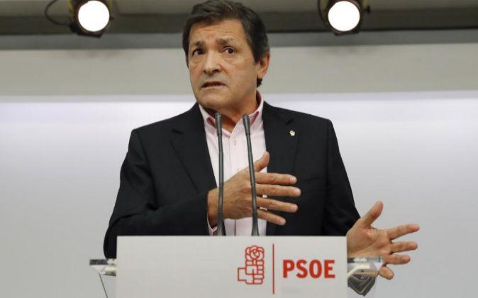 El presidente de la gestora del PSOE, Javier Fernández, durante la...