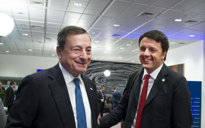 Mario Draghi, presidente del BCE, y Matteo Renzi, primer ministro de...