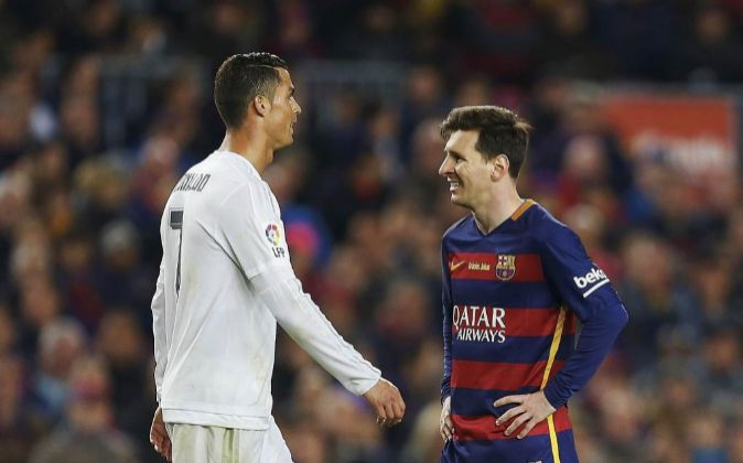 Cristiano Ronaldo (i) y Leo Messi durante el último clásico...