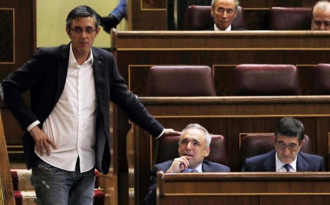 Los diputados del PSOE Eduardo Madina (i), Rafael Simancas (c), y...