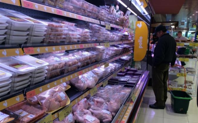 Fotografía de archivo de un hombre comprando productos cárnicos.