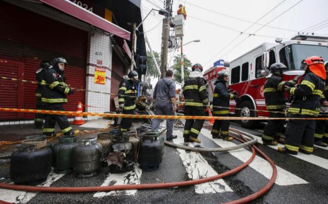 Fotografía de archivo de bomberos trabajando en un incendio en...
