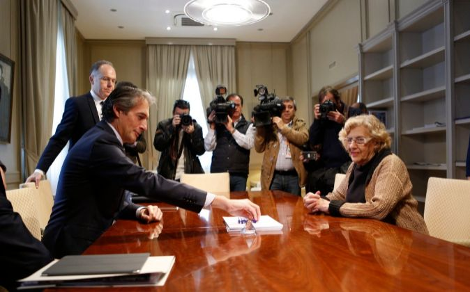El ministro de Fomento Íñigo de la Serna junto a la alcadesa Manuela...