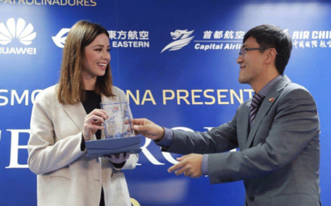 Zhang Zhiyun entregando un reconocimiento a la actriz Dafne Fernández