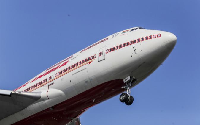 Avión de la compañía Air India volando.