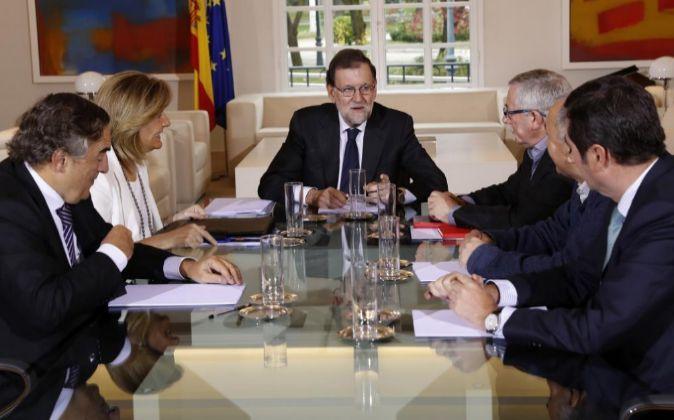El presidente del Gobierno,Mariano Rajoy, acompañado por la ministra...