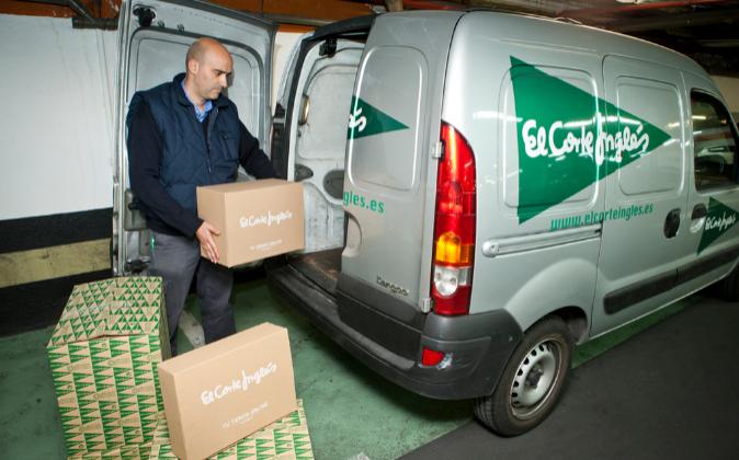 Repartidor de El Corte Inglés cargando una furgoneta.