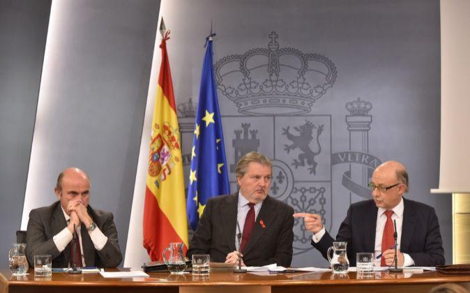 Luis de Guindos, Íñigo Méndez de Vigo y Cristóbal Montoro, durante...