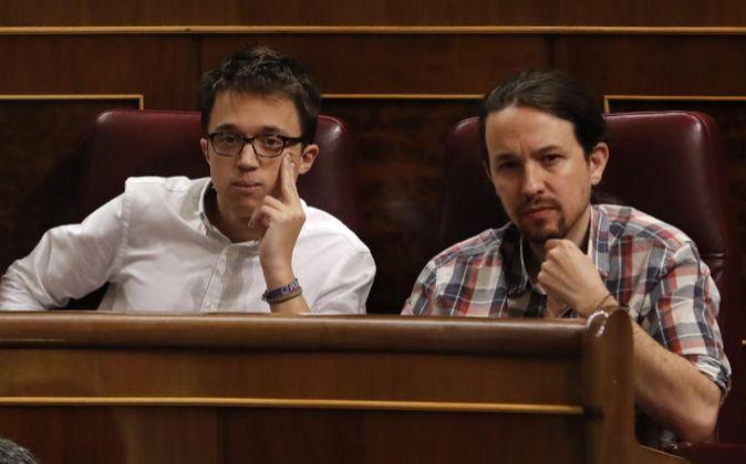 El líder de Podemos, Pablo Iglesias (d), y el portavoz parlamentario...