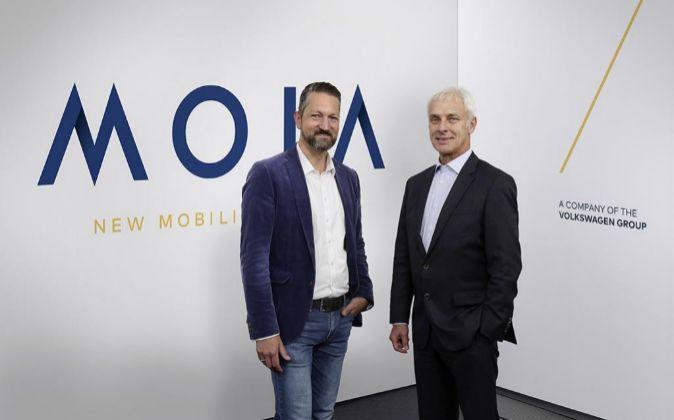 DE IZQUIERDA A DERECHA: OLE HARMS, CEO DE MOIA Y MATTHIAS MÜLLER, DE...
