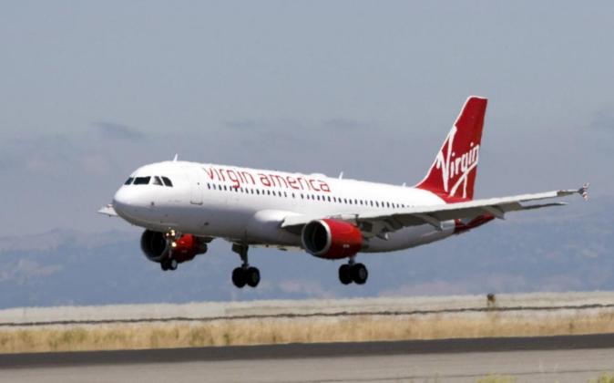 Fotografía de archivo de un avión de la compañía Virgin America.
