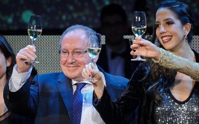 El presidente de Freixenet, José Luis Bonet, brinda con la capitana...