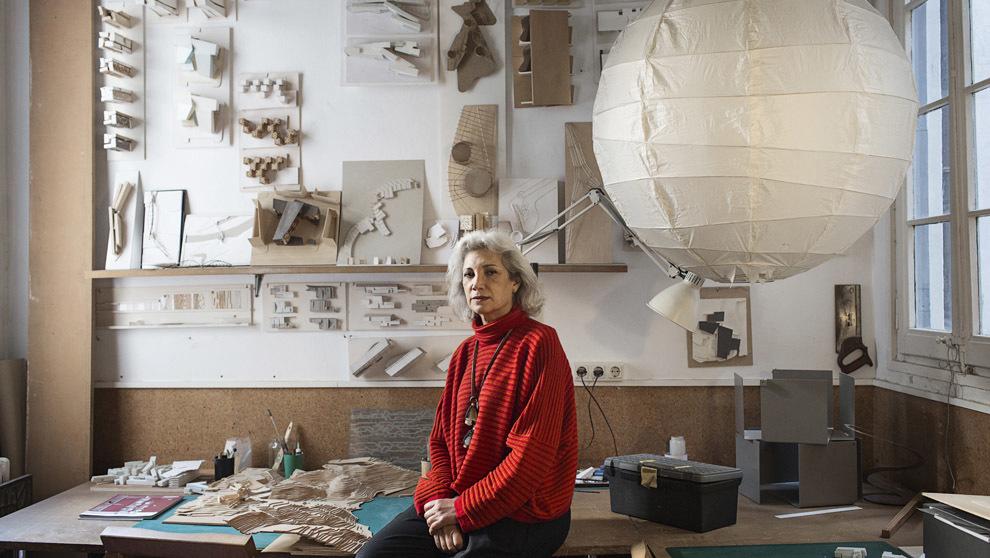 La arquitecta (62 años) posa en su estudio, instalado en su casa...