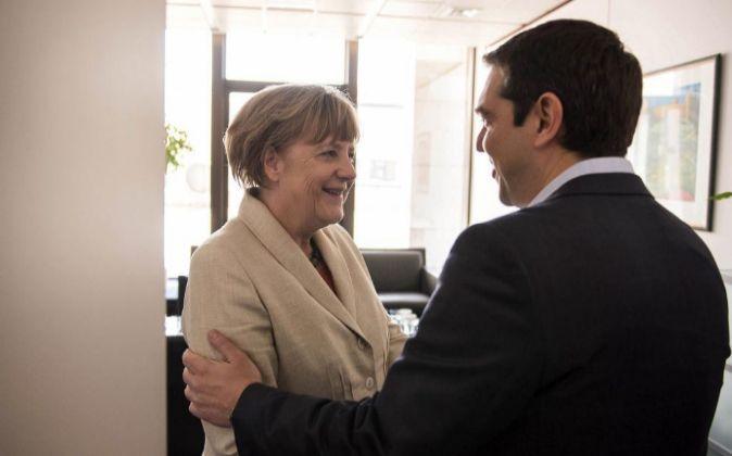 El primer ministro heleno, Alexis Tsipras (d), y la canciller alemana,...