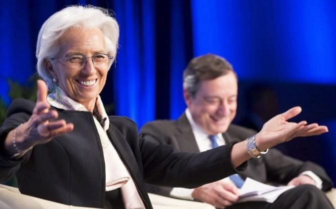 Christine Lagarde, directora del FMI, y Mario Draghi, presidente del...