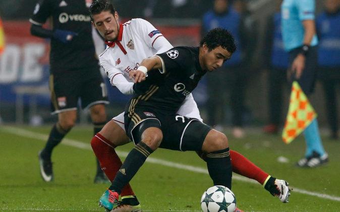 Rafael, del Olympique de Lyon, disputa el balón con Sergio Escudero,...
