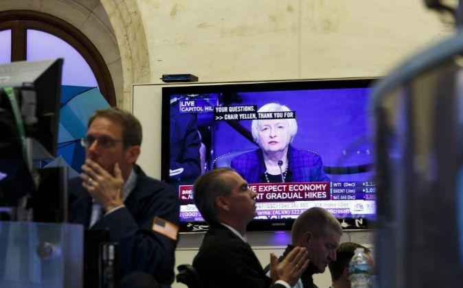 Una pantalla muestra una imagen de la presidenta de la Reserva Federal...