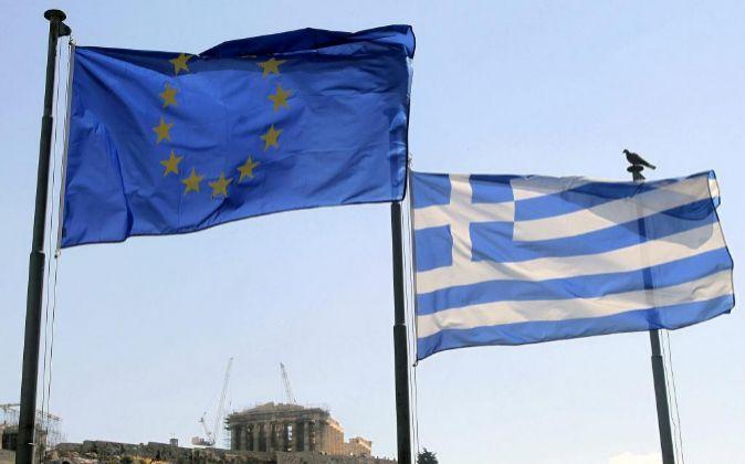 La bandera de la  UE y junto a la de Grecia.