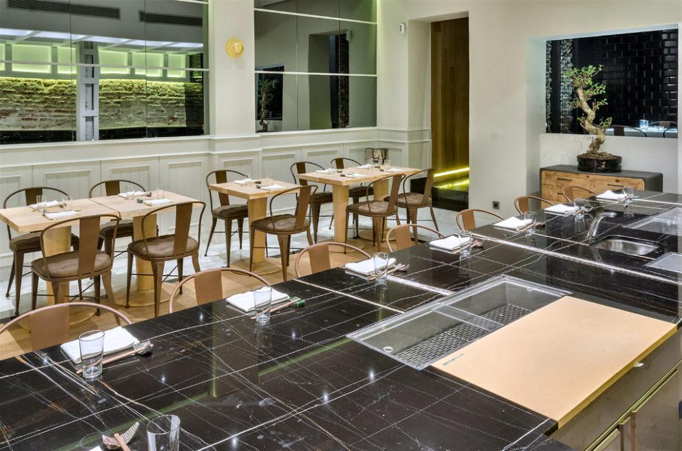 El epicentro del local es esta mesa de mármol con...