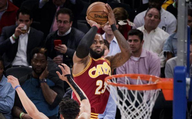 LeBron James, de los Cleveland Cavaliers, durante un partido contra...
