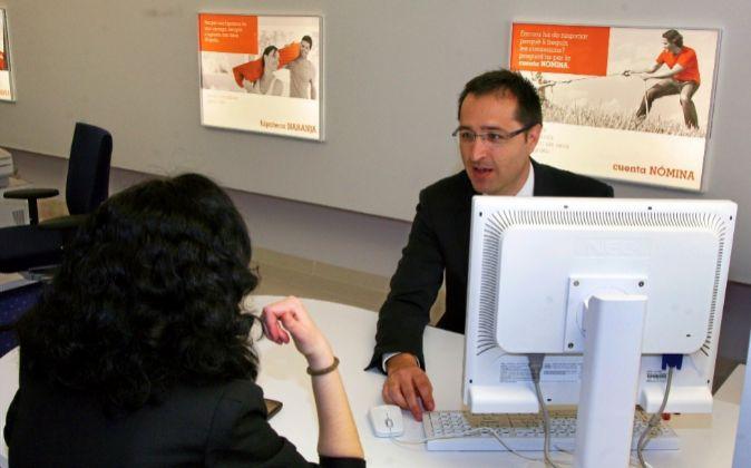 Un cliente contrata un producto en una oficina bancaria.