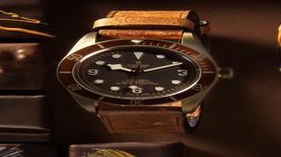 El marrón, que se repite en el bisel giratorio, combina perfectamente...