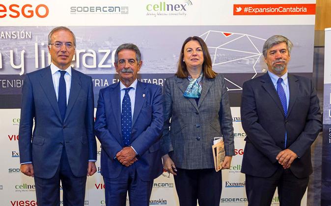 El presidente y CEO de Viesgo, Miguel Antoñanzas; el presidente del...