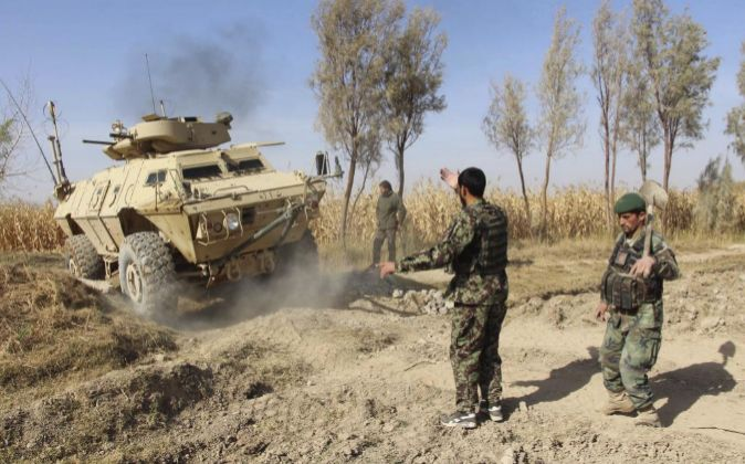 Fuerzas de seguridad de Afganistán toman posición durante una...