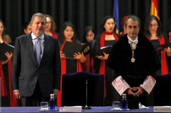 El ministro de educación Íñigo Méndez de Vigo junto con el rector...
