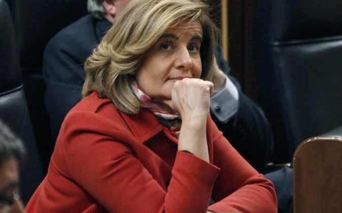 La ministra de Empleo, Fátima Báñez, durante el pleno del Congreso...