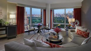 Salón de una de las suites del hotel Mandarin Oriental NY, con...
