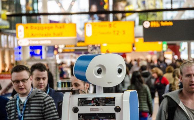 Spencer, empleado robot de la compañía aérea KLM en Ámsterdam.