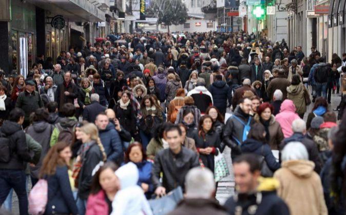 Cientos de personas transitan la madrileña calle Preciados durante la...