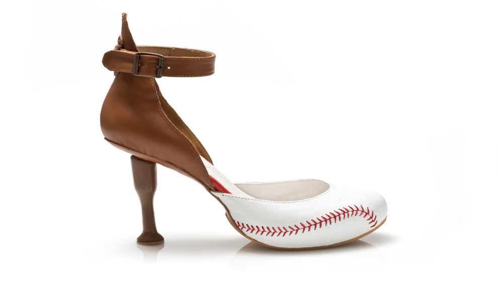 Baseball.  Inspirado en este deporte, el tacón es el bate y la...