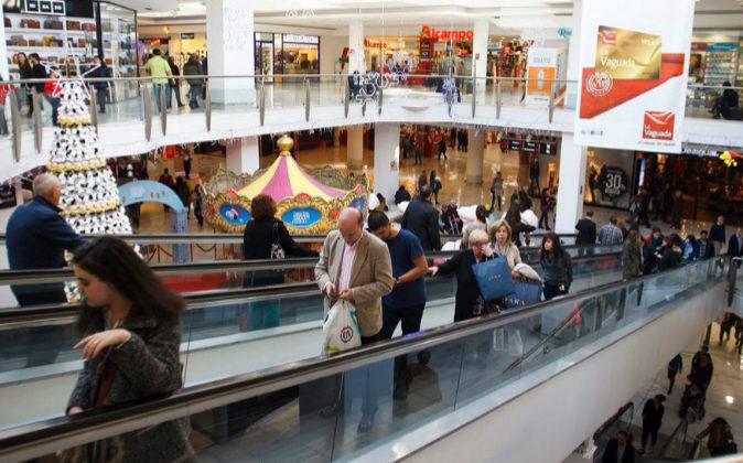 Compradores en el Centro Comercial La Vaguada