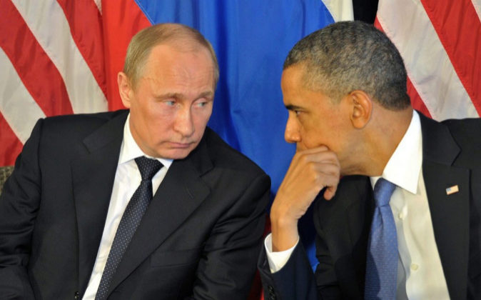 El presidente ruso, Vladimir Putin, junto al todavía presidente de...