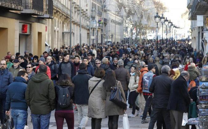 Miles de personas pasean y hacen sus compras navideñas en la Avenida...