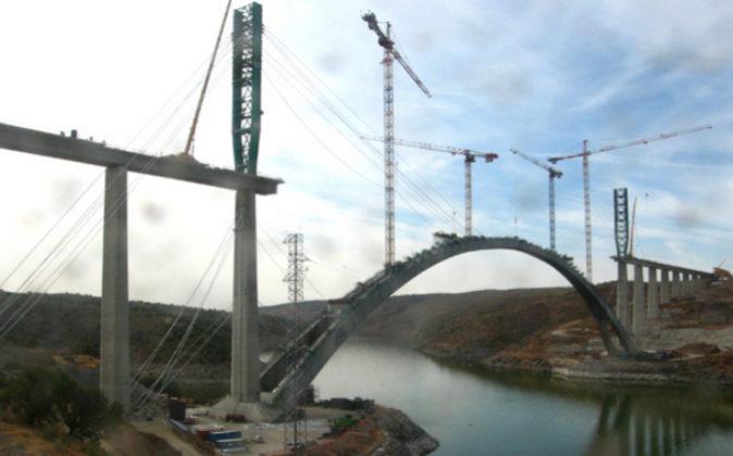 Puente construido sobre el río Almonte.