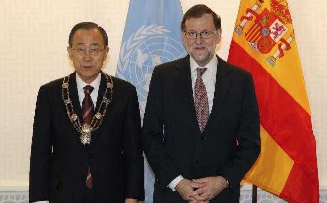 El presidente del Gobierno, Mariano Rajoy (d), tras condecorar con el...