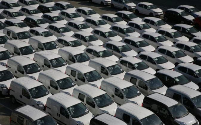 Carga de coches para exportación en el puerto de Barcelona. Archivo.