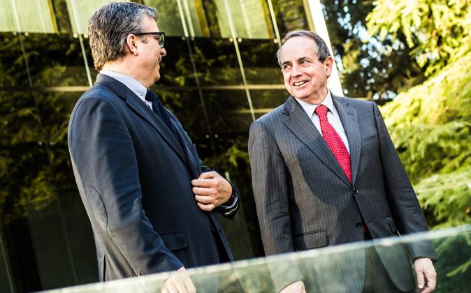 Pedro Videla y Juan José Toribio en el centro del Iese en Madrid.