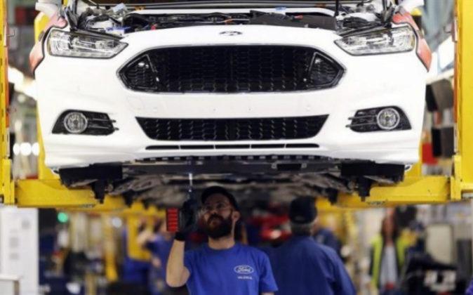Un trabajador en una línea de montaje del Ford Mondeo.