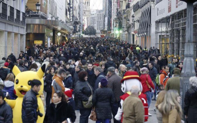 Imagen de la Calle Preciados de Madrid, llena de gente que realiza sus...