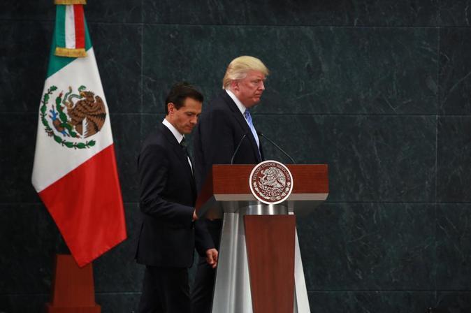 El presidente electo de EEUU Donald Trump, junto a Enrique Peña...