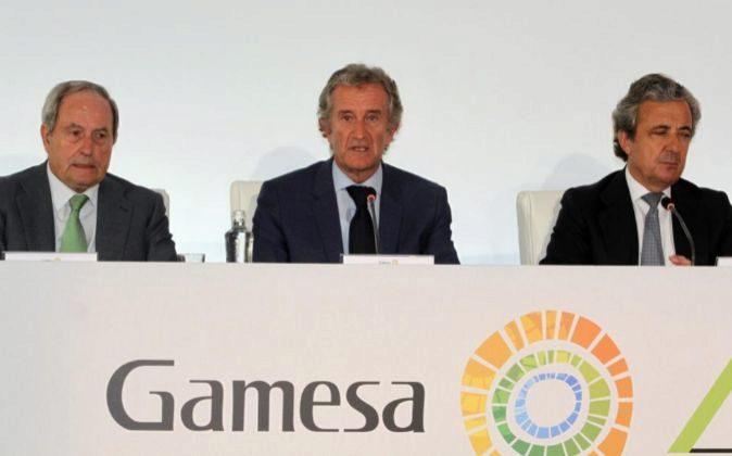 El presidente de Gamesa, Ignacio Martin (c); el secretario Carlos...
