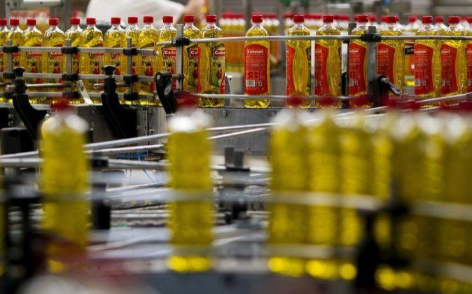 Imagen de botellas de aceite de oliva de Carbonell, una marca...