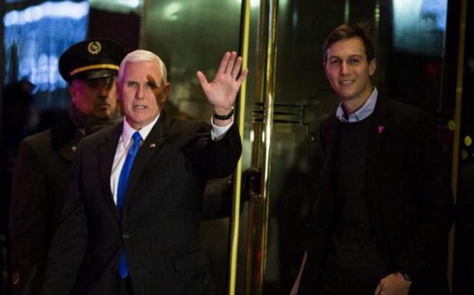 El vicepresidente electo de los Estados Unidos, Mike Pence, sale de la...