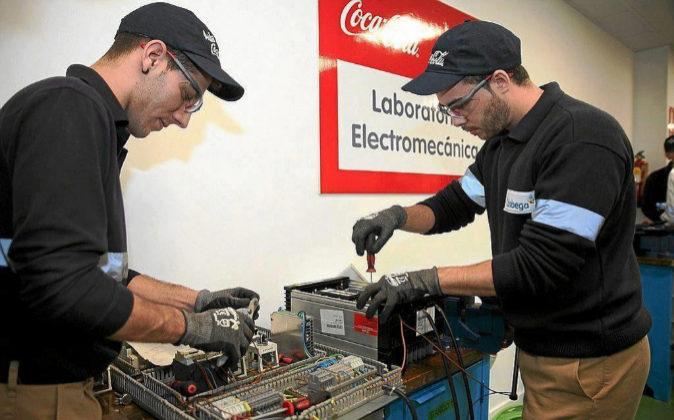Alumnos de FP Dual trabajando en la fábrica de Coca-Cola.