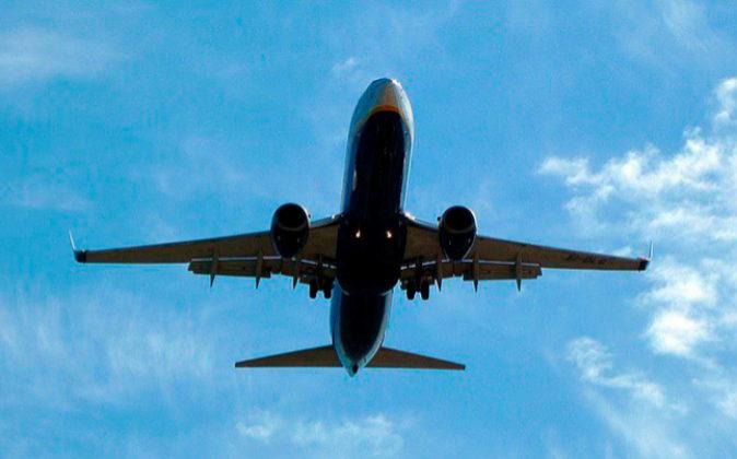 Fotografía de archivo de un avión volando.