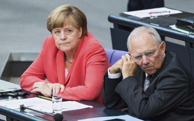 El ministro de Finanzas alemán, Wolfgang Schäuble (d), y la...